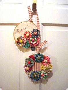 "Cute yo-yo ""wreath"" idea- great for using up scraps. From The Silly Pearl blog."