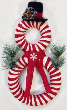 Guirnalda muñeco de nieve, guirnalda de la Navidad, muñeco de nieve puerta Decor, invierno guirnalda, guirnalda de vacaciones, muñeco de nieve, corona de arpillera, decoración, decoración de Navidad de vacaciones Bienvenido en la temporada con este nuevo diseño adorable de creaciones de árbol torcido. Muñeco de nieve está envuelta en arpillera rojo oscuro y beige. Un sombrero de fieltro con fresas y piñas junto con brillo verde y bufanda acento con pequeño copo de nieve completa este diseño…