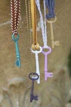 Clés anciennes peintes au vernis à ongles et suspendues à toutes sortes de chaînes ou galons - explications.