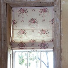 Roman blind in Kate Forman Isobella printed linen, a pretty pattern for a pretty little girls room. Shabby Chic Bedrooms, Shabby Chic Homes, Attic Bedrooms, Roman Blinds, Curtains With Blinds, Kate Forman, Rose Cottage, Cottage Style, Printed Linen
