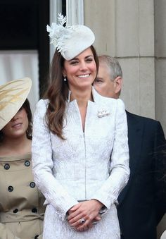 Pin for Later: Kate Middleton hat sich in diesem Jahr selbst übertroffen Zu den Feierlichkeiten anlässlich des Geburtstags von Königin Elizabeth II. trugt Kate Alexander McQueen.