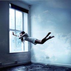 Es una foto pero pasa de verdad. Me ha pasado pero no se puede controlar me da miedo salir volando literalmente... los espejos y ventanas te permiten regresar, o la conección con los hijos, no sé.