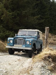 If I were to fully restore my Land Rover Series III in its current state, this is basically what it would look like (incl. van sides). I don't want to keep the van sides (I want windows), but it's nice to see an example in good condition).