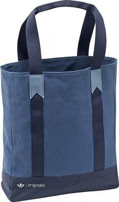 La bolsa Originals blue Tote de adidas, de lona resistente, con un bolsillo interno para organizar los artículos de uso diario, es un ejemplo de cómo los toques elegantes pueden convivir en armonía con los deportivos.