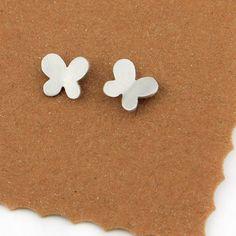 Pendientes pequeños mariposas de plata joyería por vacialanevera. 25€. Enlace directo a su tienda en etsy.