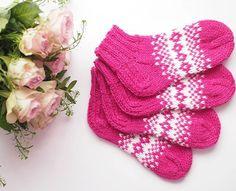 Toiveesta lasten nilkkasukkia???? Suloista ja käsitöiden täyteistä viikonloppua! . . . . #lifewithmari #knitting #knit #instaknit #neulominen #käsityöt #villasukat #woolsocks #kirjoneule #pinkki #pink #myfavouritecolour #handmadewithlove #handmade | SnapWidget Mittens, Boho Shorts, Coin Purse, Purses, Pattern, Baby, Fashion, Fingerless Mitts, Handbags