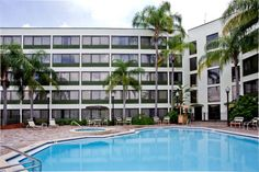 Holiday Inn St. Petersburg N - Clearwater Clearwater (Florida) Minutes from Clearwater-St. Petersburg International Airport with transfers, this hotel features an on-site restaurant and modern guestrooms furnished with flat-screen TVs and free wireless internet access.  The Holiday Inn Clearwater-St.