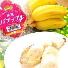 友人と買い物へ行き、教えてもらったフルーツ、バナップル。 島バナナのような小さなサイズです。 バナナなのに、りんごの風味がほのか〜に香るんです。皮から香る気がします。 食感はというと、いつものバナナに近いけどちょっとチュルっとしている感じがするような。 お味は、さっぱりしたバナナ。もう少し置くともっとりんごの香りが強くなるのか、それとも、バナナ感が主張するのか…謎です。  袋に、 あなたがはじめて出会う味 と書いてありました。 - 7件のもぐもぐ - バナップル 〜Banapple〜 by peacefulriver