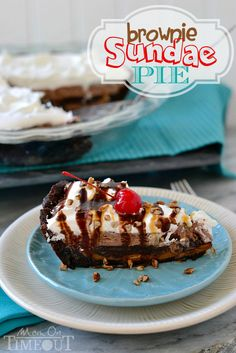This delectable brownie sundae pie starts with a brownie crust and just gets better from there! Pudding Recipes, Brownie Recipes, Pie Recipes, Recipies, Just Desserts, Delicious Desserts, Yummy Food, Summer Desserts, Dessert Dips