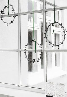 Simple Christmas Wreaths in the Window