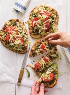 Naan bread is the ideal canvas for an open-faced Philly cheesesteak sandwich. Naan, Steak Recipes, Sandwich Recipes, Quick Pizza, Confort Food, Flatbread Pizza, Braised Beef, Easy Weeknight Meals, Wrap Sandwiches