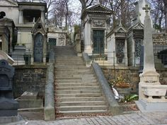 After opening, the Père-Lachaise cemetery has been expanded five times: in 1824, 1829, 1832, 1842 and 1850. This has allowed from 17 hectares to 43 hectares 58 areas and 93 areas, which contain 70,000 graves, 5,300 trees, hundreds of cats pompous and thousands of birds that nest in its branches. The cemetery receives around two million living visitors a year. (Is that saying there are visitors who are not alive?)