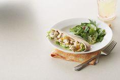 Des pitas de blé entier tapissés de laitue et garnis d'une salade de poulet crémeuse rehaussée de mandarines et d'amandes grillées: voilà un sandwich qui a du panache!