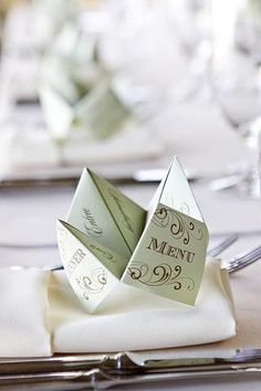 Remember the cootie catcher game you played in grade school? Add fun and nostalgia to your wedding by using a cootie catcher menu! This is what Pierre would like? Wedding Reception, Our Wedding, Wedding Parties, Wedding Vintage, Vintage Menu, Wedding Tables, Elegant Wedding, Wedding Venues, Deco Table