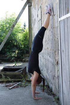 Handstand-lernen-so-einfach-gehts-Handstand-gegen-die-Wand-2    handstand lernen anfänger, übungen handstand Fitness Workouts, Fitness Motivation, Handstand Training, Wands, Sports, Snapchat, Fitness Bodies, Head Stand, Workout Routines
