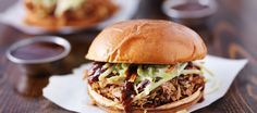 Slow sauteed easy slow cooker Texas BBQ pulled pork recipe is one of the popular pork recipes and famous in America and Europe. Pulled Pork Burger, Bbq Pulled Pork Recipe, Pork Burgers, Sandwich Au Porc, Pork Sandwich, Sandwiches, Sandwich Recipes, Pork Shoulder Recipes, Sauce Barbecue
