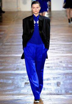 Stella McCartney's Sporty Fall – After an evening wear collection shown during London Fashion Week, Stella McCartney returned to Paris Fashion Week for a… Stella Mccartney, Runway Fashion, Fashion Show, Paris Fashion, Scandinavian Fashion, Fall Lookbook, Tomboy Fashion, Minimal Fashion, Winter Fashion