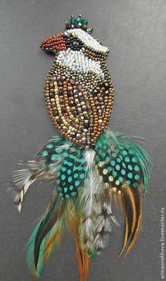 Брошь-птица `Лилу`. Брошь в виде птички из бисера и чешских бусин. Хвост из натуральных  окрашенных перьев. Обратная сторона - черная натуральная кожа.