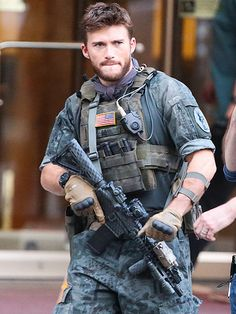 Star Tracks: Monday, May 2015 MR. TOUGH GUY Dressed in full costume (gun included), Scott Eastwood gets into character on the Toronto set of Suicide Squad on Sunday. Clint And Scott Eastwood, Sexy Military Men, Hot Cops, Star Track, Komplette Outfits, Tough Guy, Men In Uniform, Raining Men, Man Crush