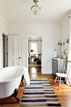Farmhouse bathroom tub country living 68 new Ideas Bathroom Trends, Bathroom Sets, Bathroom Renovations, Master Bathroom, Bathroom Designs, White Bathrooms, Shower Designs, Simple Bathroom, Bathroom Vanities