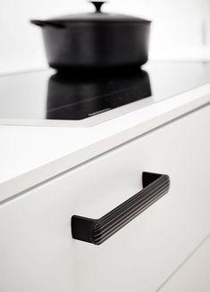 Moderne fortolkning af køkkengrebet. Fungerer både i køkken, badeværelse og i garderoben. Fra Furnipart