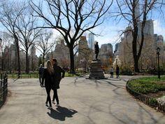 Central Park is één van de leukste parken waar ik ooit ben geweest. Middenin New York vind je alles wat je van een park verwacht, zoals veel groen, relaxte ligweiden, vijvers en kraampjes waar je eten en drinken kunt halen. Maar het heeft ook veel dingen die het park uniek maken, waaronder een klein kasteeltje, grote eeuwenoude rotspartijen, eigen wegen (compleet met zebrapaden en stoplichten!) en een meer dat zo groot is dat het zélf een natuurgebied zou kunnen zijn.