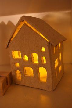 くつろぎの明かりは、キャンドルの温かで揺らめく光がいい。 ハウス型のキャンドルホルダーからもれる光で、リラックス。