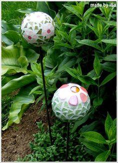 Côté jardin: tuteurs boules en mosaïque Mosaic Bowling Ball, Mosaic Vase, Gardening Supplies, Land Art, Garden Planning, Flower Pots, Diy And Crafts, Projects To Try, Plants