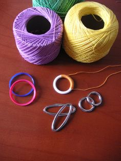 Come rivestire un elemento di plastica o metallo con i nodi del chiacchierino. How to cover a ring with needle tatting.
