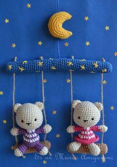 Cute bear mobile by Sandra Droppelmann - Es un mundo Amigurumi - Pattern for sale in Spanish Crochet Baby Mobiles, Crochet Mobile, Crochet Baby Toys, Crochet Amigurumi, Crochet Bear, Cute Crochet, Crochet For Kids, Amigurumi Doll, Amigurumi Patterns
