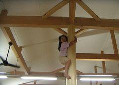 構造柱:ヒノキの絞り丸太を遊具化した保育園 | 素・美・家 sumica 住宅間取り図集