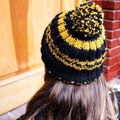 En tiempos de cuarentena sabemos que tejer ha sido una gran distracción y ayuda para liberar un poco de stress. Por esta misma razón, hemos estado compartiendo patrones que nuestras partners han ido creando y también para que puedan hacer sus #proyectosencasa. Aquí les compartimos un gorro bastante sencillo de tejer, e Lana, Beanie, Fashion, Yarns, Tejidos, Mittens, Weaving, Caps Hats, Dressmaking