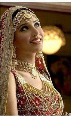 Indian bride wearing bridal lehenga and jewelry. Indian Bridal Wear, Asian Bridal, Pakistani Bridal, Bride Indian, Bridal Lehenga, Bridal Looks, Bridal Style, Foto Art, Saris