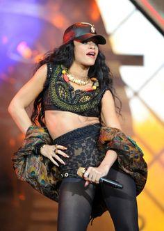 Rihanna Perform At Barclaycard Wireless Festival In London Rihanna Love, Rihanna Fenty, Rihanna Outfits, Stage Outfits, Rihanna Music, Wireless Festival, Rihanna Hairstyles, Hair