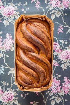 Este pan brioche de cardamomo es una de esas masas dulces que trenzamos bonitamente para que parezca una cosa maravillosa. Y lo conseguimos. Pero la trenza es tan fácil que está al alcance de cualquiera. Este brioche de cardamomo, cuya receta procede de este blog,...