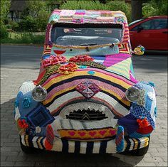 Knitted and crochet car cover Citran Art Au Crochet, Crochet Car, Knit Art, Freeform Crochet, Yarn Bombing, Guerilla Knitting, Tricot D'art, Foto Picture, Art Yarn