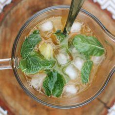 Bem vintage, este #ponche é daqueles que dá vontade de tomar muitas jarras. É uma bebida para ser compartilhada com os amigos em um dia quente! Este é o último #drink do nosso Especial! #drinks #mododefazer #receita #espumante #frutas #abacaxi #jabuticaba #hortelã #foodphotography #food #foodstyling