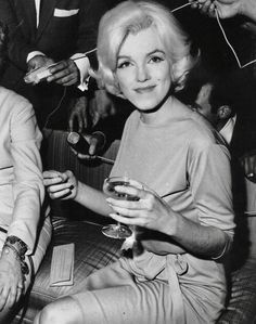 February Marilyn Monroe, wearing her favourite green dress designed by Pucci - visits Mexico at the Hilton Hotel for a press conference. Marilyn was very relaxed and happy during the press conference due to the amount of champagne she had been drinking. Marilyn Monroe 1962, Marilyn Monroe Photos, Style Hacienda, Imperfection Is Beauty, Bad Photos, Norma Jeane, Vintage Hollywood, Hollywood Glamour, Hollywood Stars