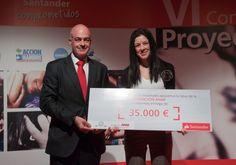 Recibe el premio: Leticia Mata, Directora Fundación ANAR (Ayuda a Niños y Adolescentes en Riesgo).  Entrega el premio:  Javier San Félix, DG Banca Comercial.