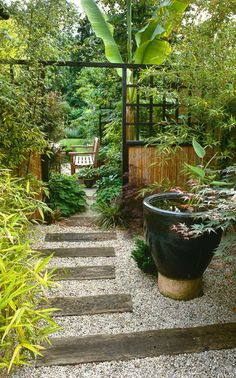 Side passage planted in oriental style. Railway sleeper and gravel path with bamboo and trellis screen Design: Paul Kelly Garden Garden backyard Garden design Garden ideas Garden plants Asian Garden, Tropical Garden, Japenese Garden, Gravel Path, Gravel Garden, Garden Paths, Front Garden Path, Front Path, Gravel Driveway