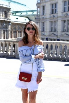 I love to wear white and blue this summer. I think the colors are perfect and they always look really summerly on pictures. To give the outfit a pop of color I choose my little orange Furla bag.