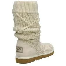 Una mezcla de lana, detalles y bordes en las botas, crea tres estilos-en-uno  para una sensación casual-fresca.