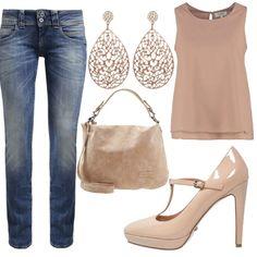 Outfit da indossare tutti i giorni soprattutto in ufficio, caratterizzato da jeans dritti, top spalla larga color taupe, borsa color beige, scarpe t bar con tacco e plateau e orecchini pendenti. Un look semplice con colori naturali!
