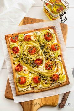 This Puff Pastry Vegan Tomato Tart with Vegan Cream Cheese is vegan, easy to make and absolutely delicious. Perfect for a healthy lunch or dinner.