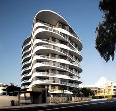 Amazing Apartment Building Facade Architecture - Top Of The World Arch Building, Big Building, Building Facade, Building Ideas, Architecture Design, Facade Design, Residential Architecture, Design Design, Resorts