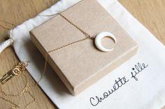 *Petite lune blanche-crème en os de buffle / 15 mm de largeur / taillée artisanalement à Bali*Chaine fine 1mm plaquée or*Longueurs du collier - Court : 40 cm   4 cm de chaînette de réglage, 40€- Mi-long (comme sur la photo) : 48 cm   4 cm de chaînette de réglage, 42€*Envoyé dans une jolie boîte et une pochette Chouette Fille*** Envoi sous 3 à 8 jours ouvrés, pochette bulles et numéro de suivi (dépôt en boîte aux lettres / de 2 à 3 jours de livraison à partir de jour de l'envoi / le numéro…