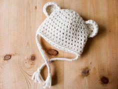 Suite à vos nombreux et chaleureux commentaires sur Instagram, voici le patron de ce petit bonnet tout mimi. Bon crochet à vous! Matériel: – 1 pelote de 50 grammes de Pôle de la filature Fonty (65% laine 35% alpaca) coloris écru – 1 crochet n° 7 – 1 aiguille à laine – 1 paire de ciseaux Taille: Prématuré(28/32 cm de tour de tête), 0/1 mois(34/38 cm), 1/3 mois ( 40/42 cm) Echantillon: 10 cm sur 10 cm = 10 demi-brides sur 9 rangs Abréviations: ml: maille e...