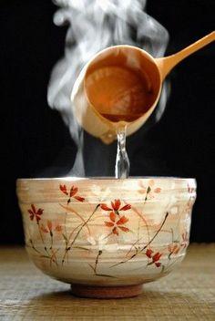 Heating the matcha bowl? Tea Ceremony Japan, Japanese Tea Ceremony, Tee Kunst, Pause Café, Tea Culture, My Cup Of Tea, Tea Bowls, High Tea, Japanese Food