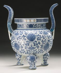 A LARGE MING-STYLE BLUE AND WHITE 'LOTUS' CENSER QING DYNASTY, QIANLONG PERIOD - Sotheby's