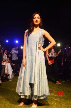 Mumbai: Lakme Fashion Week Summer/Resort 2018 Yami Gautam #LFWSR18 #LakmeFashionWeek - Social News XYZ Diwali Fashion, Indian Fashion, Womens Fashion, Kurta Designs Women, Blouse Designs, Indian Dresses, Indian Outfits, Lakme Fashion Week 2017, Dress Design Sketches